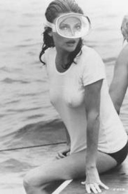 Жаклин Биссет в мокрой футболке, фильм Бездна 1977г.